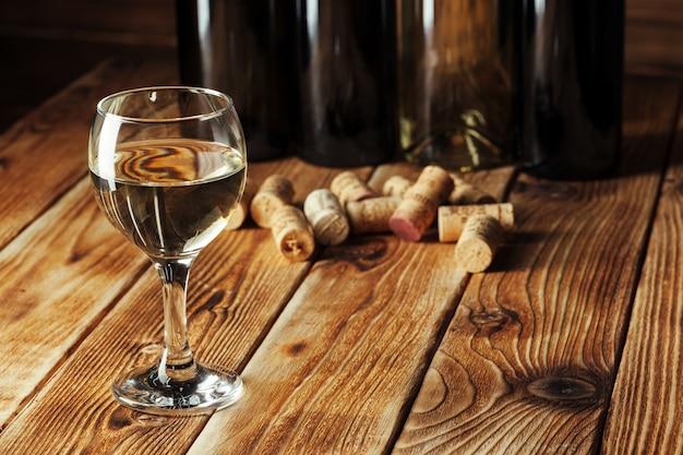 Bouteilles de vin avec verre
