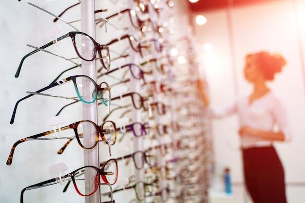 Boutique de lunettes. stand avec des lunettes dans le magasin d'optique.