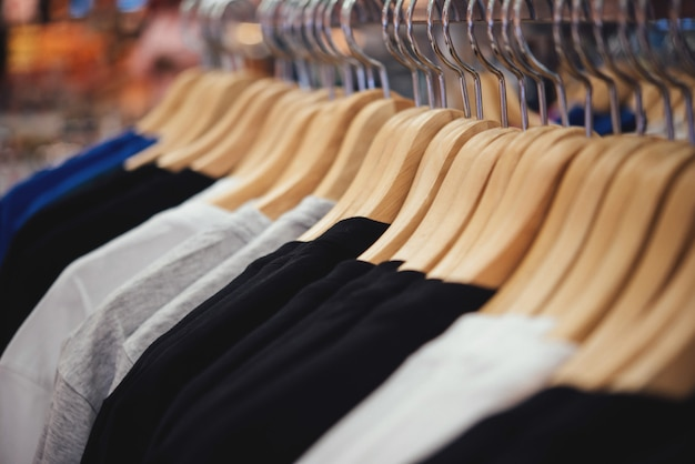 Boutique de vêtements, boutique de vêtements sur cintre à la boutique moderne