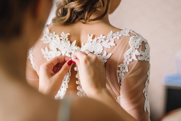 Bouton de demoiselle d'honneur en robe de mariée en dentelle blanche