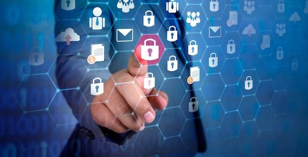 Bouton sur l'écran virtuel enfoncé avec le doigt carte mondiale de la sécurité du réseau mondial