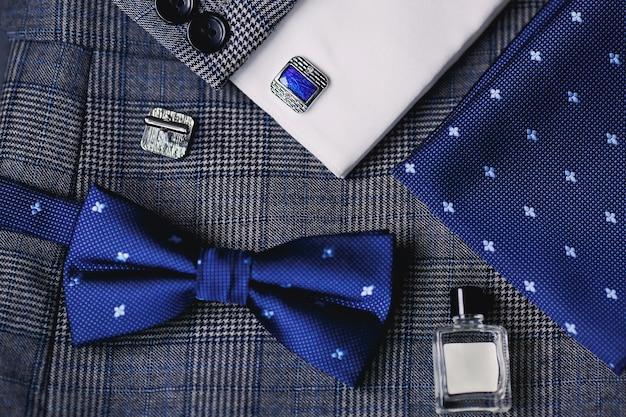 Bouton de manchette homme de luxe avec costume vintage, noeud papillon, bouteille de parfum.