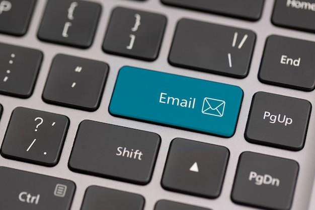 Bouton avec le mot email sur un clavier. communication sur le concept mondial d'internet.