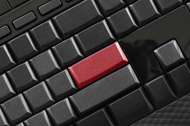 Bouton noir vide et clavier rouge entrant du clavier de l'ordinateur.