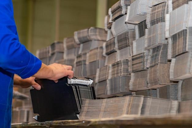 Bouton de presse de doigt de main d'ingénieur contrôlant la machine de commande numérique par ordinateur, machines d'usine de travailleurs dans l'entrepôt