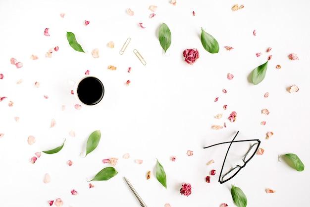 Bouton de rose, verres, feuilles et café isolés