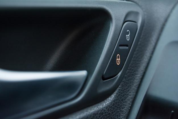 Bouton de verrouillage de porte de voiture close-up. icône de bouton de verrouillage de porte de voiture. protection de l'enfance.