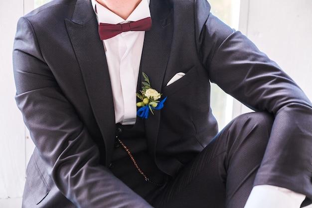 Boutonnière sur le costume du marié. marié posant