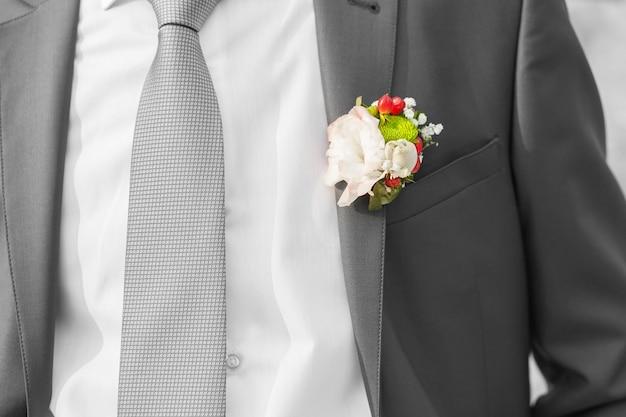 Boutonnière sur costume de marié le jour du mariage