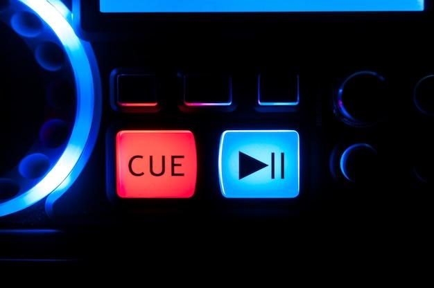 Boutons bleus et rouges sur tourne-disque, équipement de sonorisation.