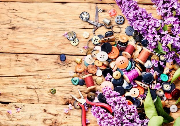 Boutons brillants et branche lilas