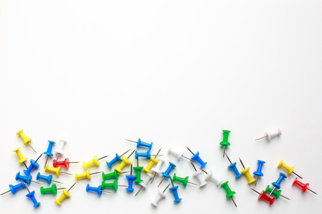 Boutons de bureau multicolores sur fond blanc