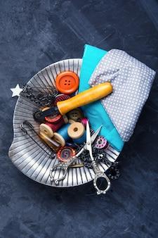 Boutons, ciseaux et fil