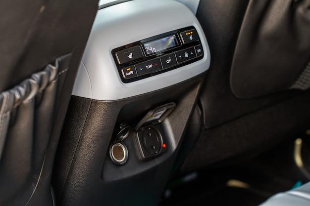 Boutons de climatisation de voiture vue rapprochée à l'intérieur d'une voiture. panneau de tableau de bord du climatiseur de voiture. réglez le climatiseur.
