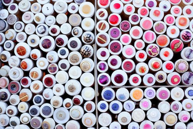 Boutons colorés affichent le motif de boîtes rondes