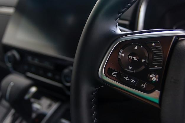 Boutons de commande sur le volant, intérieur de la voiture.
