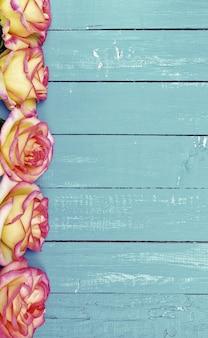 Boutons de fleurs rouges jaunes de roses
