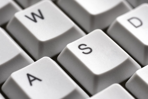 Boutons de jeu awsd sur un gros plan de clavier blanc pour joueur
