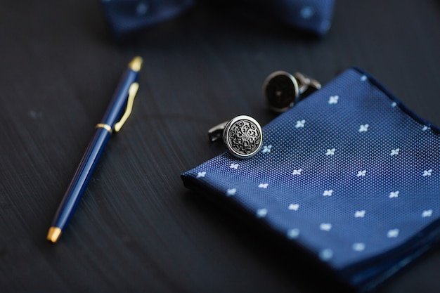 Boutons de manchette pour hommes de luxe avec stylo.