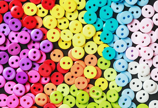 Boutons multicolores sur fond noir