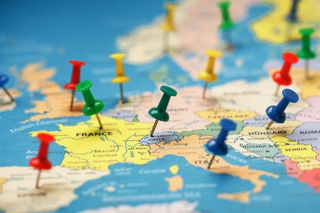 Les boutons multicolores indiquent l'emplacement et les coordonnées de votre destination sur la carte du pays.