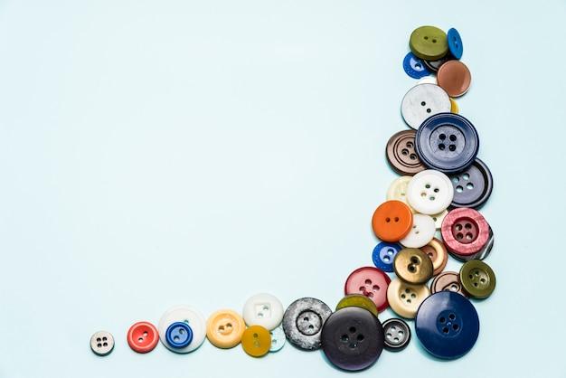 Les boutons multicolores reposent sur une surface bleue
