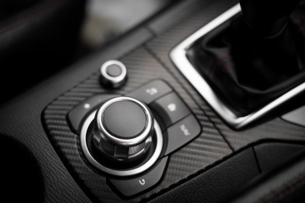 Boutons multifonctions et boutons audio dans une voiture moderne
