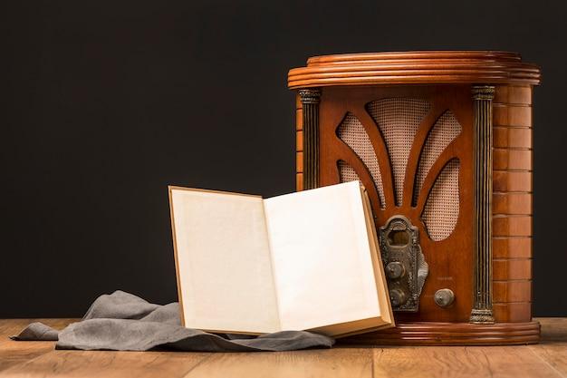 Boutons radio rétro de luxe gros plan avec livre ouvert