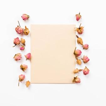 Boutons de roses et papier espace copie