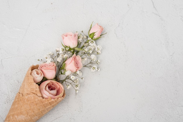 Boutons de roses en vue de dessus de cornet de crème glacée