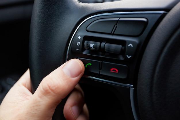 Boutons sur le volant pour les fonctions du téléphone.