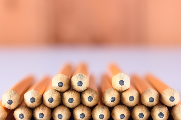 Bouts de crayon sur table avec fond en bois