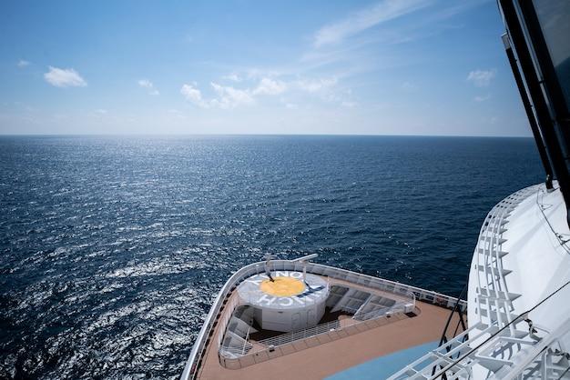 Bow d'un bateau de croisière avec la mer à l'avant
