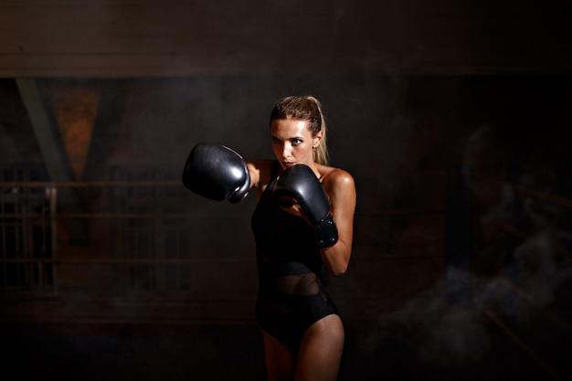 Boxe, femme, noir, gants
