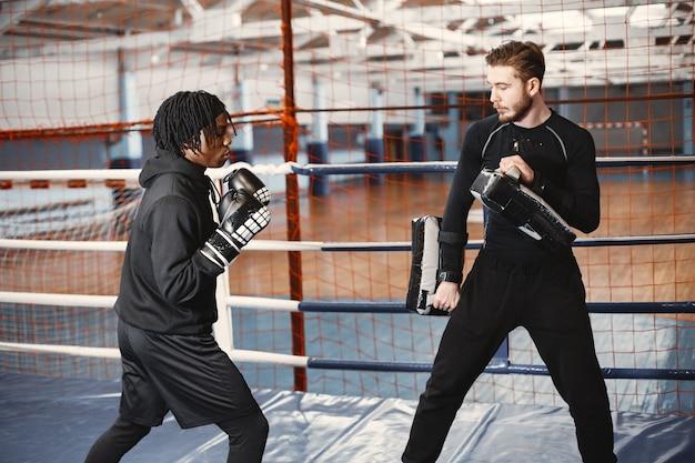 Boxe homme sportif africain. formation de personnes mixtes.
