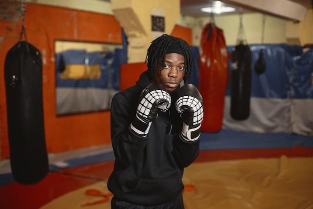 Boxe homme sportif. photo de boxeur sur un ring. formation de l'homme afro-américain.