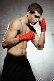 Boxe mâle prêt à attaquer