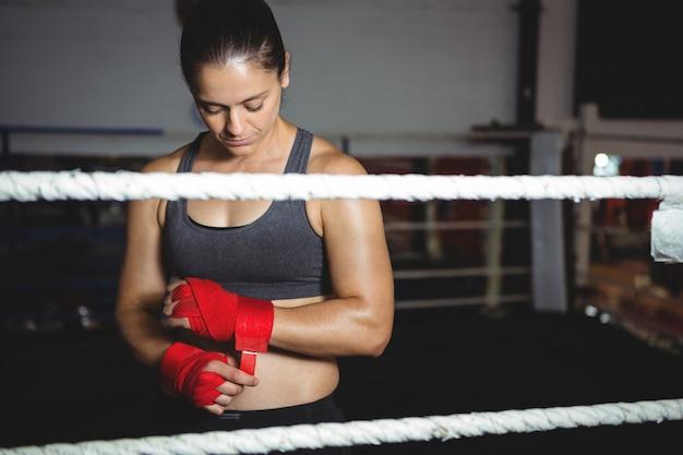 Boxer femelle portant une sangle rouge au poignet