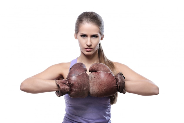 Boxer femme séduisante avec des gants de boxe