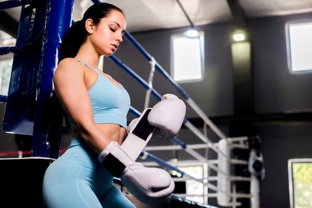 Boxer fille posant à la gym