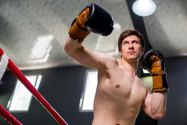 Boxer garçon posant à la gym