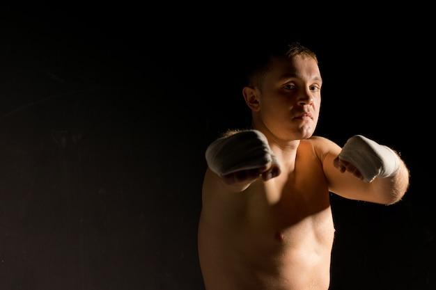 Boxer jetant un coup de poing à la caméra