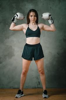 Boxer de jeune femme athlétique en short