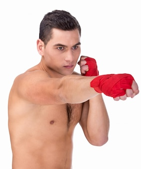 Boxer jeune homme caucasien avec des gants de boxe rouges.