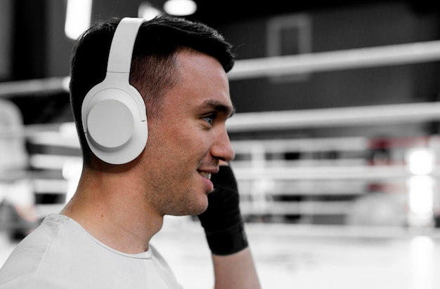 Boxer mâle avec un casque