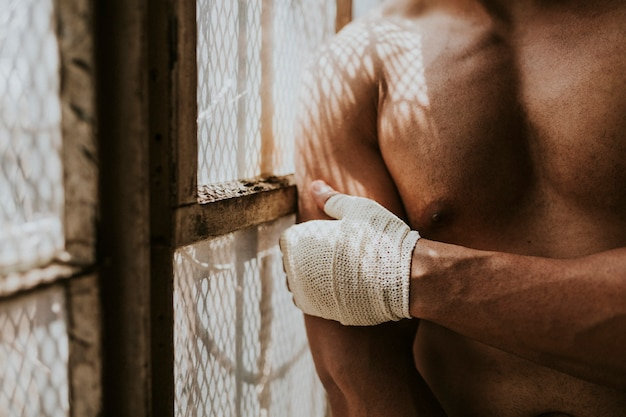 Boxer masculin mettant une sangle sur sa main