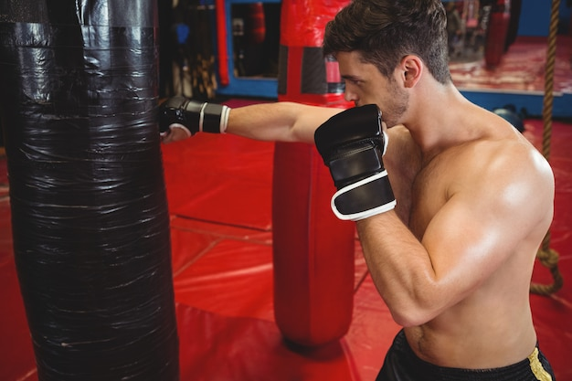 Boxer poinçonnant un sac de boxe
