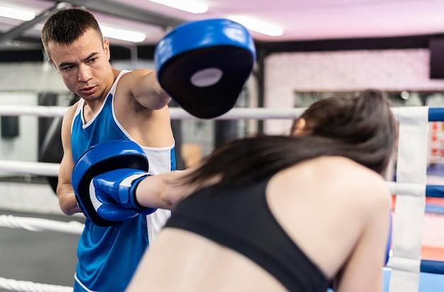 Boxer pratiquant avec entraîneur