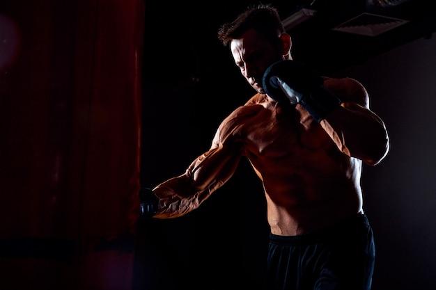 Boxer et sac de boxe