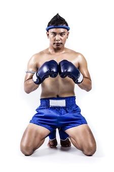 Boxer thaïlandais avec action de boxe thaïlandaise, isolé sur fond blanc